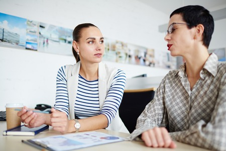 Foto de Two Business Women Talking - Imagen libre de derechos