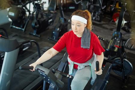 Photo pour Cute Fat Girl Exercising - image libre de droit