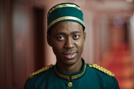 Photo pour Welcoming African Bellboy in Hotel - image libre de droit