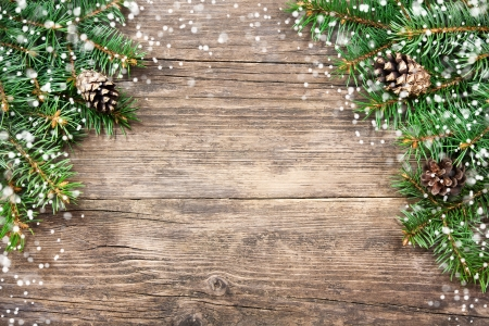 Foto de Christmas fir tree on a wooden background - Imagen libre de derechos