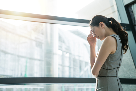 Foto de Asian businesswoman fails her project and feeling upset confused tired angry about the career. She is trying to figure out the solution toward the problem. - Imagen libre de derechos