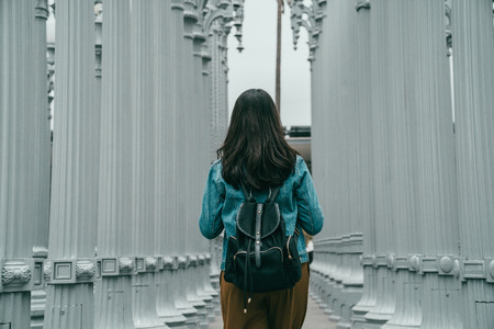 Photo pour exchange student is visiting the famous landmark of the Los Angeles, she is walking in Los Angeles county museum of art - image libre de droit