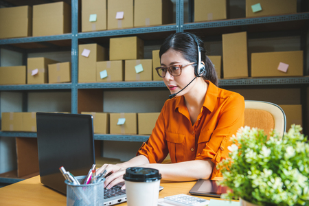 Foto de professional receptionist is wearing headset, talking to client and helping them to solve their online shop problem - Imagen libre de derechos
