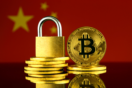 Photo pour Physical version of Bitcoin, golden padlock and China Flag. Prohibition of cryptocurrencies, regulations, restrictions or security, protection, privacy. - image libre de droit