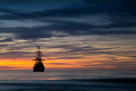 Foto de Pirate ship in sunset scenery. - Imagen libre de derechos