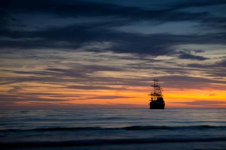Foto de Pirate ship in sunset scenery. - Imagen libre de derechos
