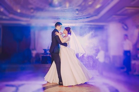 Foto de romantic couple dancing on their wedding hd - Imagen libre de derechos