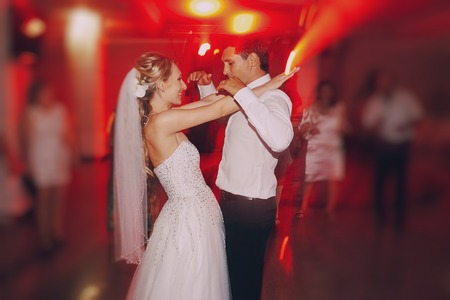 Photo pour brides wedding party in the elegant restaurant with a wonderful light and atmosphere - image libre de droit