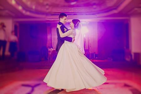 Foto de romantic couple dancing on their wedding HD - Imagen libre de derechos