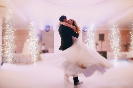 Foto de brides wedding party in the elegant restaurant with a wonderful light and atmosphere - Imagen libre de derechos