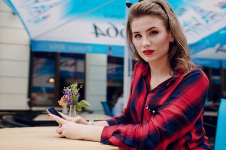 Photo pour pin-up girl on the street - image libre de droit