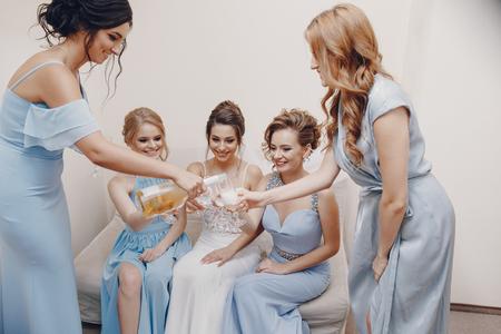 Photo pour bride with bridesmaids - image libre de droit