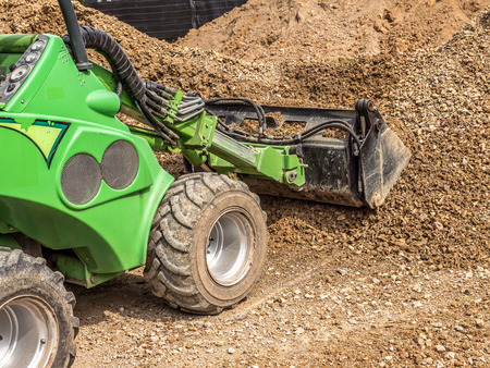 Foto de Green skid loader loading gravel - Imagen libre de derechos