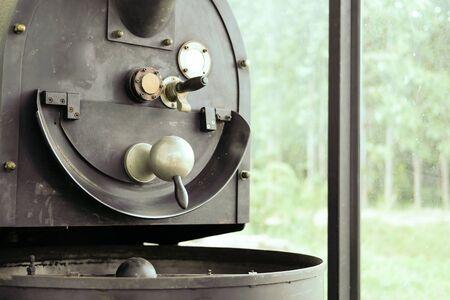 Foto de retro old coffee grinder roaster machine for roasting grinding in food factory - Imagen libre de derechos