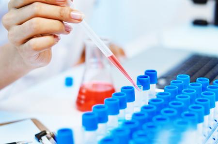 Foto de close up of scientists experimenting and testing chemicals in laboratory - Imagen libre de derechos