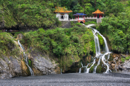 Photo pour Changchun temple, Eternal Spring Shrine and waterfall at Taroko National Park in Hualien, Taiwan - image libre de droit