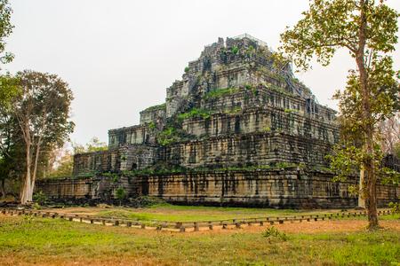 Photo pour Pyramid of ancient complex Koh Ker in Cambodia - image libre de droit