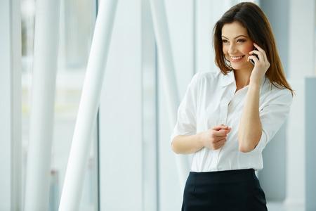 Foto de Young businesswoman talking on the mobile phone - Imagen libre de derechos