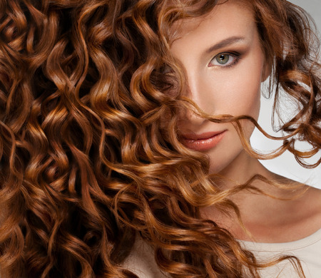 Photo pour Beautiful young woman with long curly hairs - image libre de droit