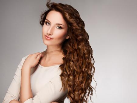 Photo pour Beautiful Woman with Curly Long Hair - image libre de droit