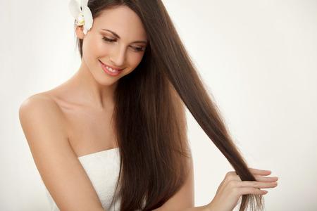 Photo pour Brown Hair. Beautiful Brunette with Long Hair. Haircare. Spa Beauty Model - image libre de droit