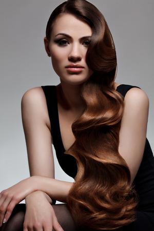 Photo pour Brown Hair. Portrait of Beautiful Woman with Long Wavy Hair. Good quality retouching. - image libre de droit