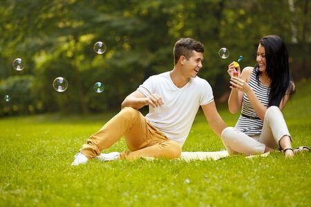 Foto de Couple in love. Happy Couple in Summer Park - Imagen libre de derechos
