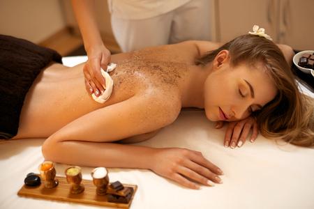Photo pour Body Scrub. Beautiful Blonde Gets a Salt Scrub Beauty Treatment in the spa Salon - image libre de droit