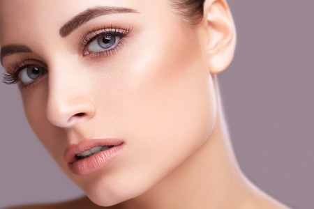 Foto de Closeup beauty face portarit of young healthy beautiful woman - Imagen libre de derechos