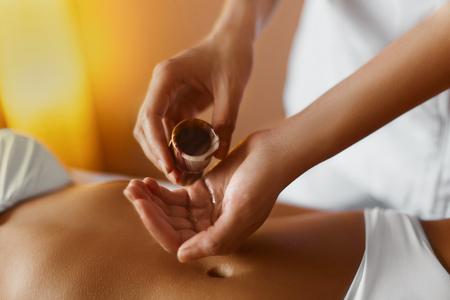 Foto de Spa Woman.Aromatherapy Oil Massage. Masseur Doing Massage On Beautiful Young Healthy Caucasian Woman Body In  Spa Salon. Beauty Treatment Concept. Skincare, Wellbeing, Wellness, Lifestyle. - Imagen libre de derechos