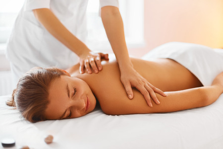 Foto de Spa Woman. Female Enjoying Relaxing Back Massage In Cosmetology Spa Centre. Body Care, Skin Care, Wellness, Wellbeing, Beauty Treatment Concept. - Imagen libre de derechos