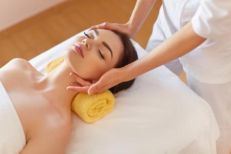 Photo pour Spa Woman. Beautiful Young Woman Getting a Face Treatment at Beauty Salon. Face Massage - image libre de droit