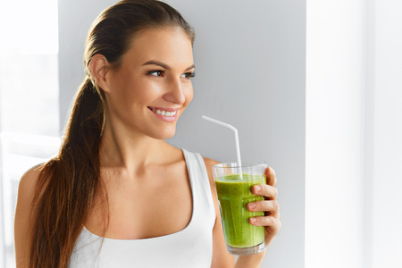 Foto de Diet. Healthy Eating Woman Drinking Fresh Raw Green Detox Vegetable Juice. Healthy Lifestyle, Vegetarian Food And Meal. Drink Smoothie. Nutrition Concept. - Imagen libre de derechos