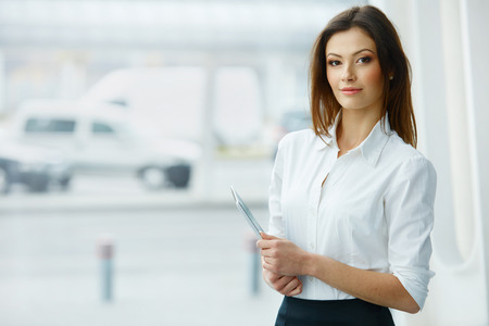 Photo pour Business Woman Holding a Tablet Computer. - image libre de droit