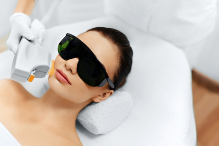 Photo pour Skin Care. Young Woman Receiving Facial Beauty Treatment, Removing Pigmentation At Cosmetic Clinic. Intense Pulsed Light Therapy. IPL. Rejuvenation, Photo Facial Therapy. Anti-aging Procedures. - image libre de droit