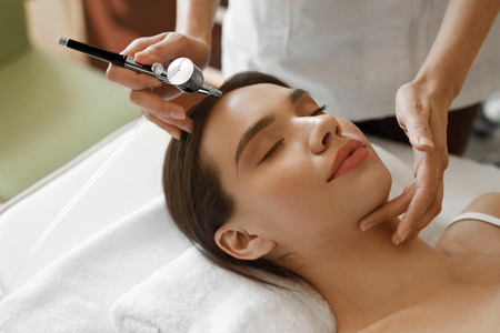 Photo pour Facial Beauty Treatment. Closeup Of Beautiful Woman Getting Oxygen Epidermal Peeling At Cosmetic Beauty Spa Salon. Girl Enjoying  Skin Rejuvenation Therapy At Cosmetology Center. High Resolution Image - image libre de droit