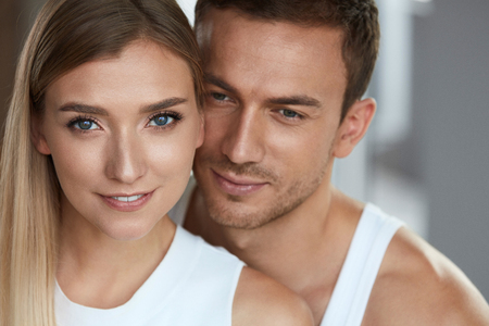 Photo pour Beauty And Skin Care. Beautiful Couple In Love Closeup. Portrait Of Romantic Loving People, Happy Handsome Man And Smiling Woman With Fresh Soft Skin, Natural Face Makeup. Cosmetics. High Resolution - image libre de droit