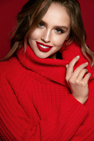 Foto de Woman Style. Female Model With Beautiful Makeup And Hairstyle. Portrait Of Sexy Young Woman With Bright Make-up And Red Lips In Fashionable Red Clothes On Red Background. Fashion. High Quality Image. - Imagen libre de derechos