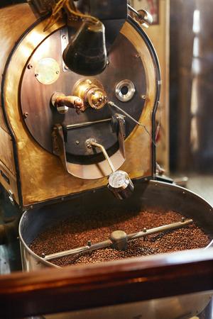Foto de Roasting Coffee Beans In Coffee Shop - Imagen libre de derechos