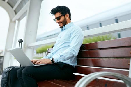 Photo pour Business Man Work On Laptop Outdoors - image libre de droit