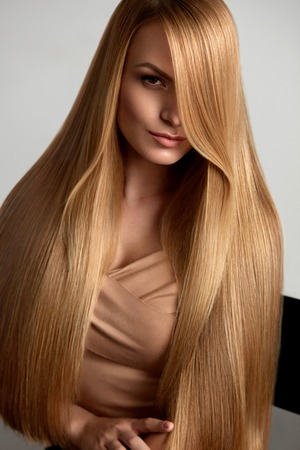 Photo pour Long Blonde Hair. Beautiful Woman With Healthy Straight Hair - image libre de droit