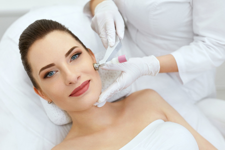 Photo pour Beauty Clinic. Woman Doing Face Skin Cryo Oxygen Treatment - image libre de droit