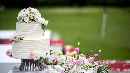 Photo pour Beautiful wedding cake, close up of cake and blur background, selective focus. - image libre de droit