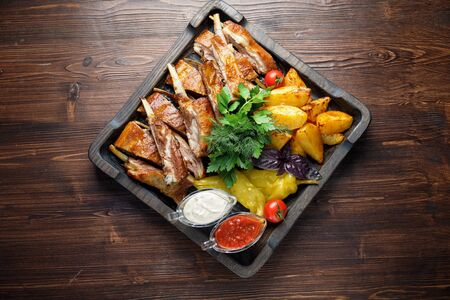 Photo pour Barbecue on the bones with vegetables and potatoes . catering menu - image libre de droit