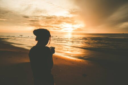 Foto de Defocused woman on the beach sunrise. - Imagen libre de derechos