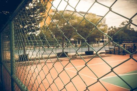 Photo pour Close-up old iron wire fence vintage. - image libre de droit