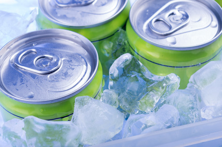 Foto de green Soda can in crushed ice - Imagen libre de derechos