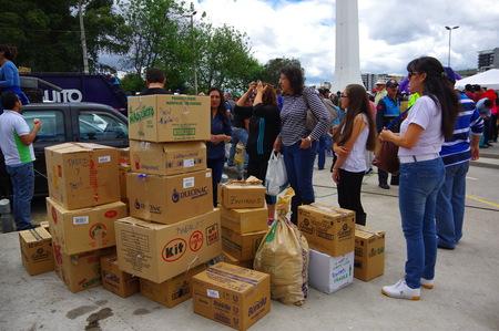 Photo pour Quito, Ecuador - April,17, 2016: Unidentified citizens of Quito providing disaster relief food, clothes, medicine and water for earthquake survivors in the coast. - image libre de droit