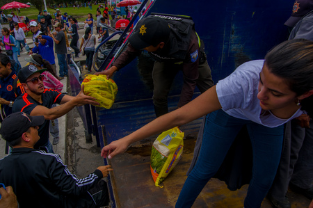 Photo pour Quito, Ecuador - April,17, 2016: Crowd of people of Quito providing disaster relief food, clothes, medicine and water for earthquake survivors in the coast - image libre de droit