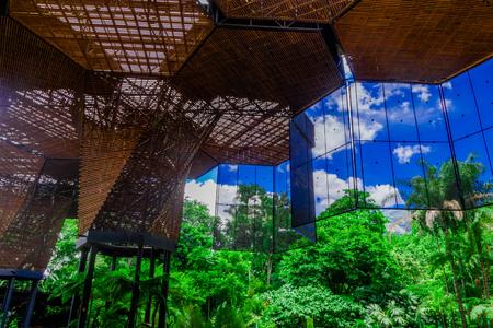 Foto de Beautiful architectural woodden structure in a botanical greenhouse in Medellin - Imagen libre de derechos